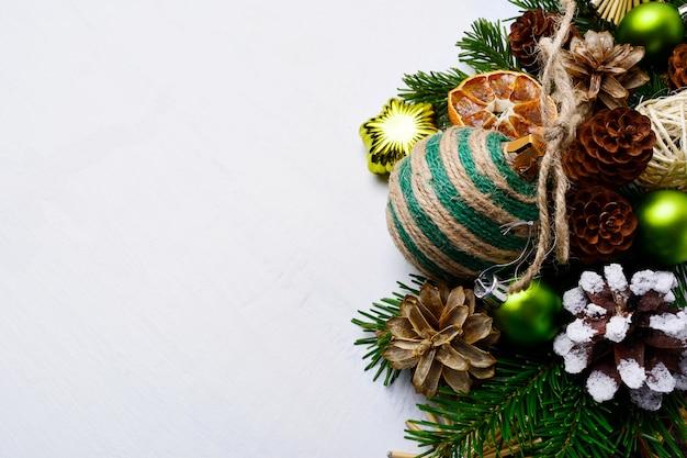 Kerstmisachtergrond met met de hand gemaakte gestreepte streng verfraaide ornamenten