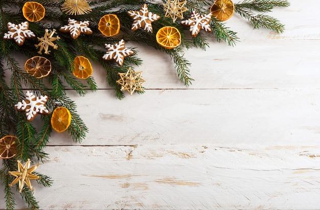 Kerstmisachtergrond met peperkoekkoekjes en droge oranje plakken