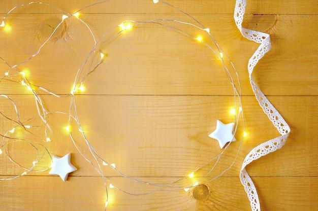 Kerstmisachtergrond met plaats voor uw tekst en witte kerstmisboom