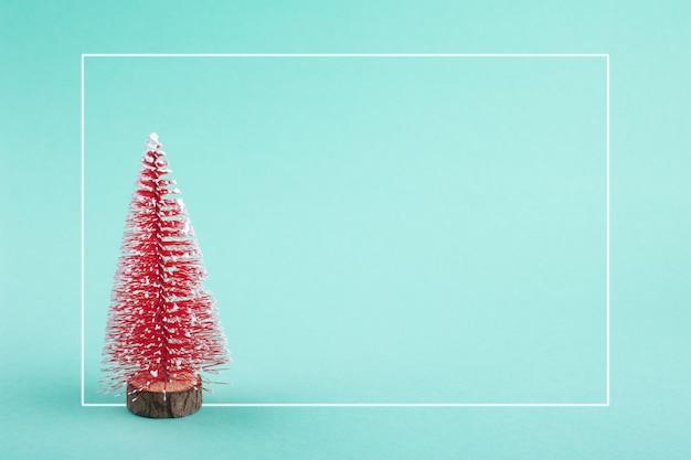 Kerstmisachtergrond met rode stuk speelgoed pijnboomboom