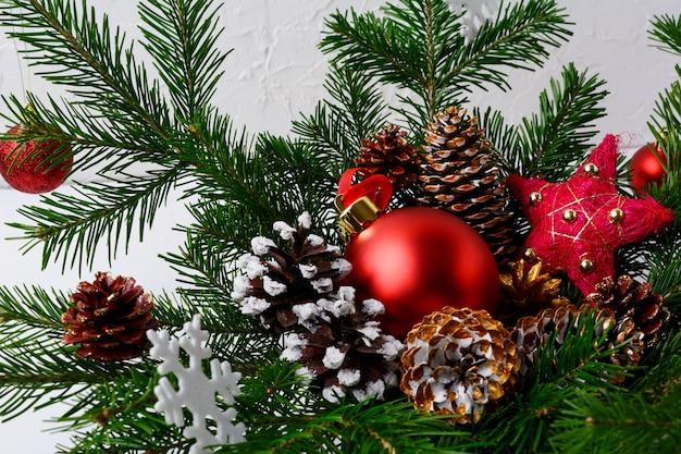 Kerstmisachtergrond met rood ornament en met de hand gemaakte decoratie