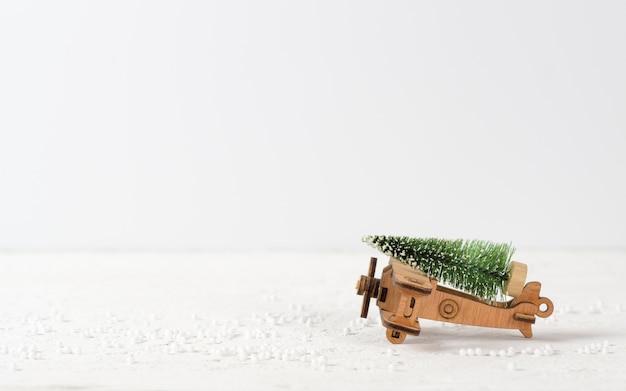 Kerstmisachtergrond met rustiek uitstekend houten vliegtuigstuk speelgoed