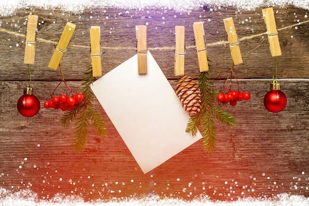 Kerstmisachtergrond met sneeuwvlokken op hout