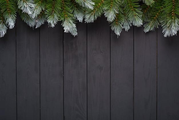 Kerstmisachtergrond met spar en decor. bovenaanzicht met kopie ruimte
