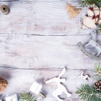 Kerstmisachtergrond met spar en decoratie.