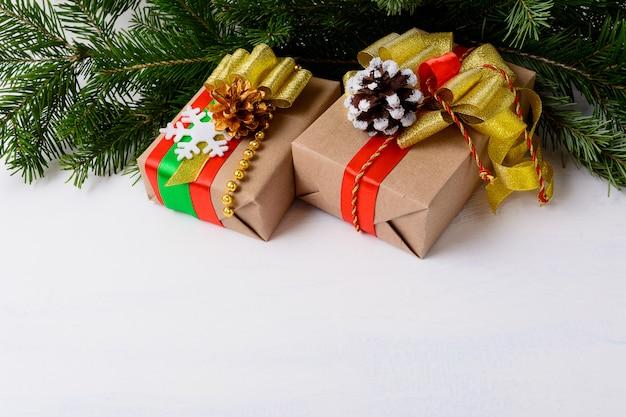Kerstmisachtergrond met spartakken en verfraaide giftdozen