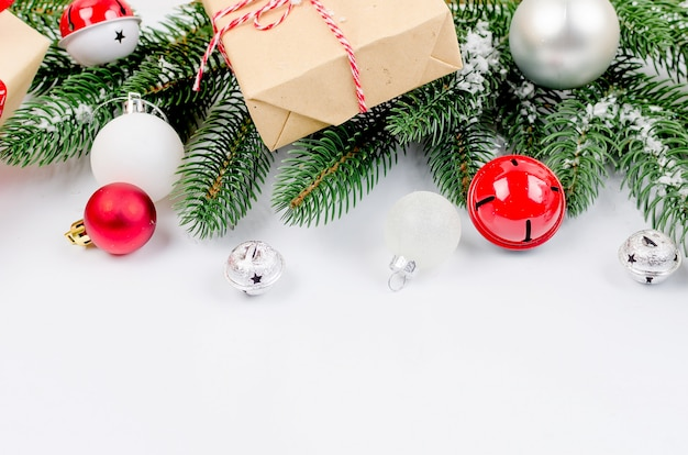 Kerstmisachtergrond met spartakken, giften, kerstmisspeelgoed