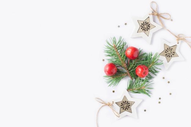 Kerstmisachtergrond met sterren, takspar, rode appelen