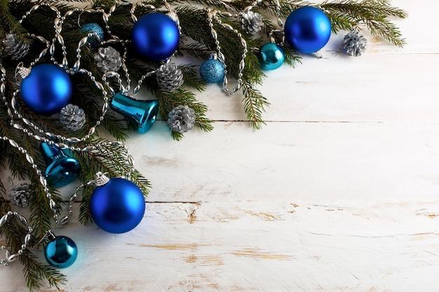Kerstmisachtergrond met zilveren pinecone en blauwe ornamenten