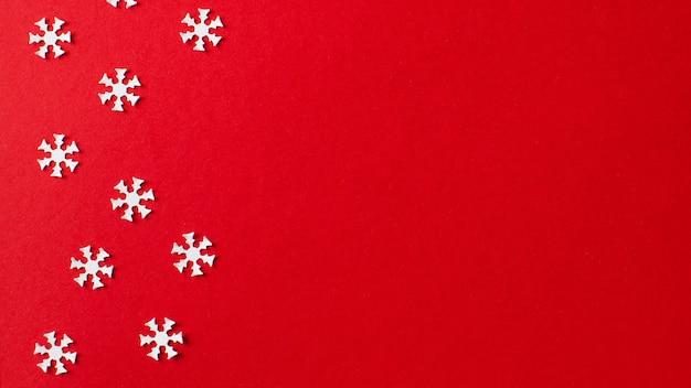 Kerstmisachtergrond, nieuwjaar rode achtergrond met witte sneeuwvlokken