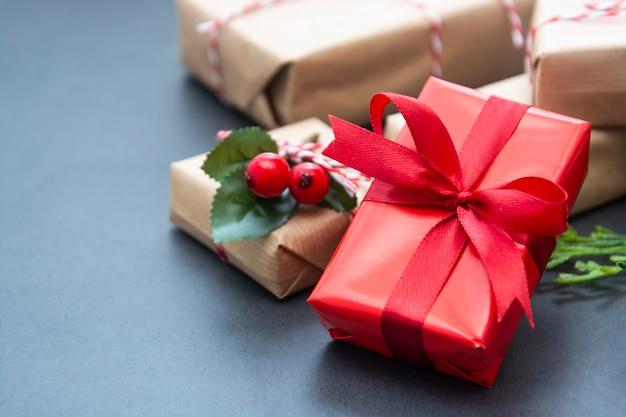 Kerstmisachtergrond of bespot omhoog met giftdozen.