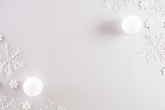 Kerstmisachtergrond op lichtgrijze pastelkleurachtergrond.