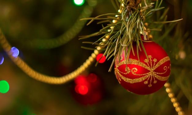 Kerstmisachtergrond - rode bal die op kerstmis-boom hangen