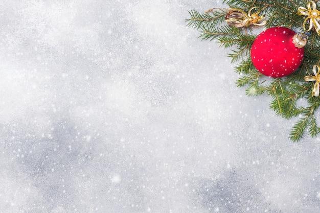 Kerstmisachtergrond, speelgoed en takkenspar op grijs