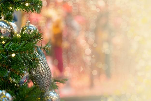 Kerstmisachtergrond - takken, speelgoed, hoogtepunten. plaats voor felicitaties.