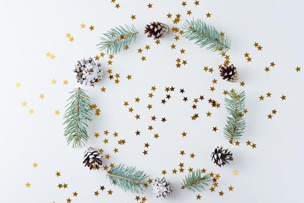 Kerstmisachtergrond van denneappels en spar wordt gemaakt die