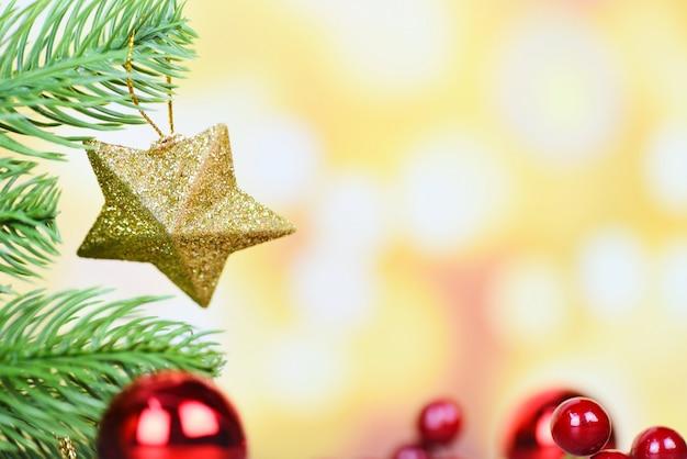 Kerstmisbal en gouden sterdecoratie voor van de achtergrond pijnboomboom kerstmis feestelijk en gelukkig nieuwjaar