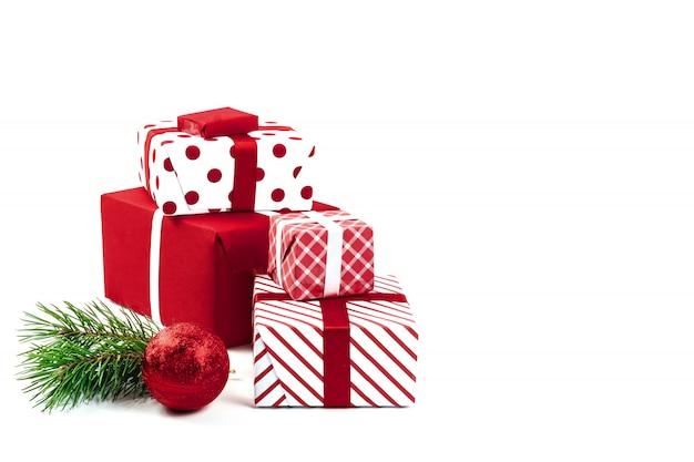 Kerstmisbal, giften en groene nette die takken op wit worden geïsoleerd. isoleren. vakantie kerstmis achtergrond. copyspace.