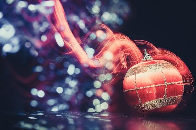 Kerstmisbal met rood licht