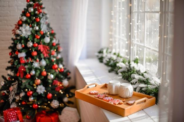 Kerstmisbinnenland met giftdozen en kerstmisbranden.