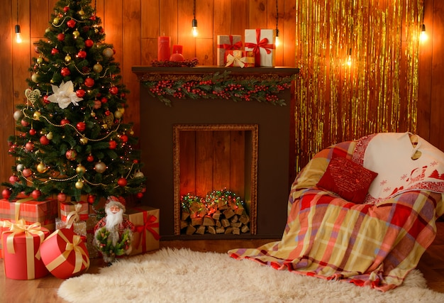 Kerstmisbinnenland met giftdozen en kerstmisvuren. het kan als achtergrond worden gebruikt