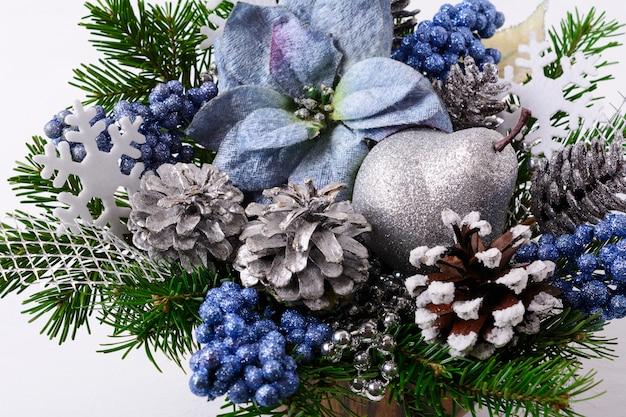 Kerstmisbloemstuk met blauwe zijdepoinsettia