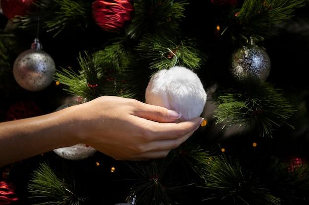 Kerstmisboom die van de close-up tijd verfraait
