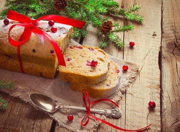 Kerstmiscake met veenbessen dichtbij dennentakken