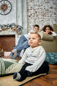 Kerstmisconcept en kinderen die op een wonder wachten.