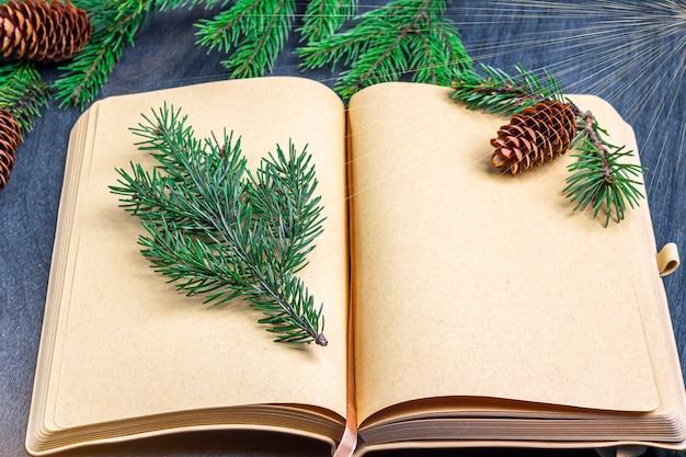 Kerstmisconcept het schrijven van doelstellingen, plannen, brief aan de kerstman, wensen. vel papier onder decoraties. kerstmis, wintervakantie, nieuwjaar concept.