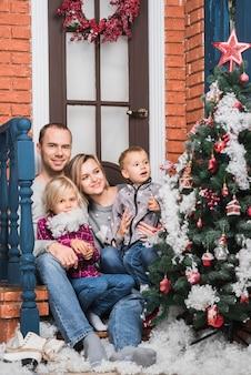 Kerstmisconcept met familie die kerstmisboom bekijken