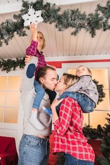 Kerstmisconcept met ouders het kussen