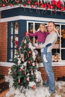 Kerstmisconcept met vader en dochter voor huis