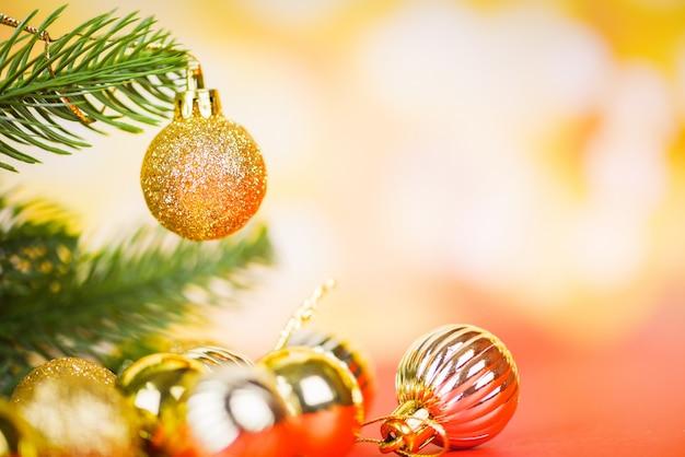 Kerstmisdecoratie met gouden ballen lichte gouden abstracte vakantieachtergrond, feestelijke kerstmiswinter van de kerstmisboom en gelukkig nieuwjaarobjecten concept