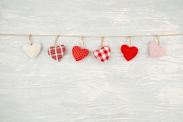 Kerstmisdecoratie met kerstmisornamenten in de vorm van harten met exemplaarruimte.