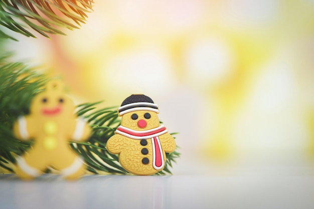 Kerstmisdecoratie met sneeuwman en gemberbrood lichte gouden abstracte vakantieachtergrond, feestelijke kerstmiswinter van de kerstmisboom en gelukkig nieuwjaarvoorwerp
