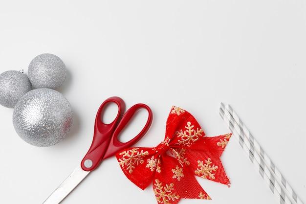 Kerstmisdecoratie met snuisterijen op witte achtergrond worden geïsoleerd die