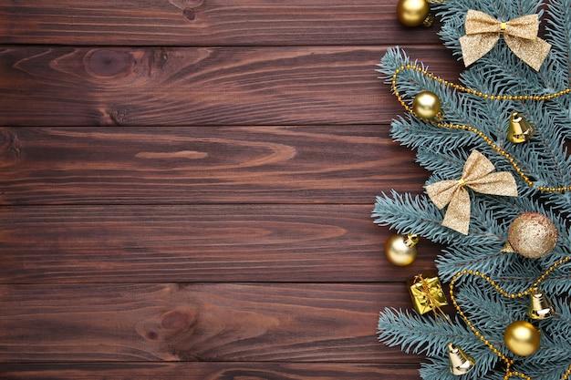 Kerstmisdecoratie met sparrentak en ballen op een houten achtergrond