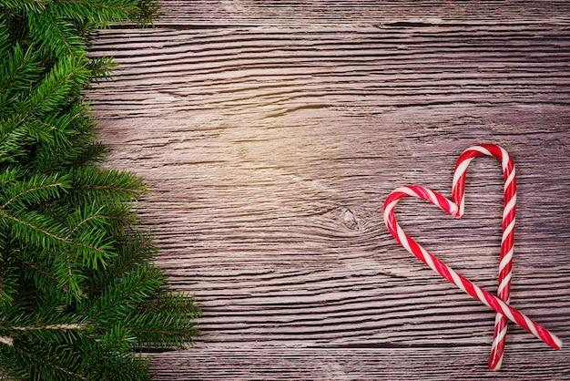 Kerstmisdecoratie met suikergoed op een houten achtergrond