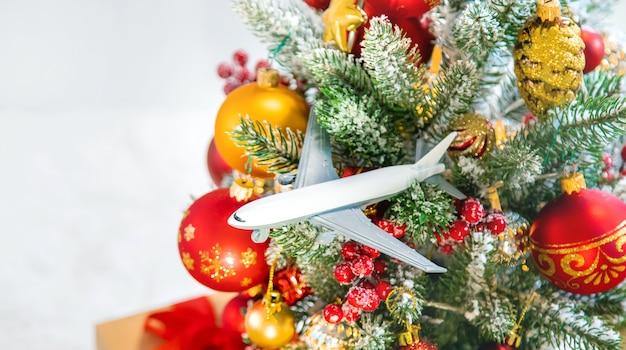 Kerstmisdecoratie met vliegtuig, reisconcept voor de vakantie