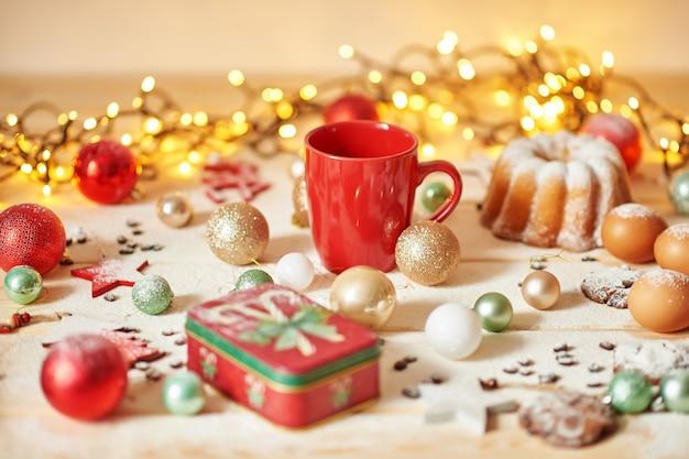 Kerstmisdecoratie op de lijst met een cupcake en koekjes