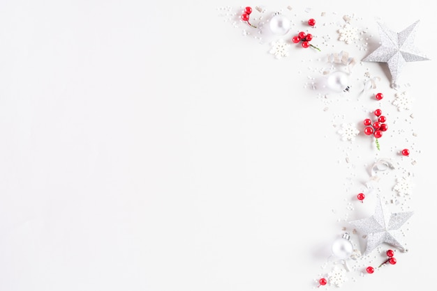Kerstmisdecoratie op witte achtergrond.