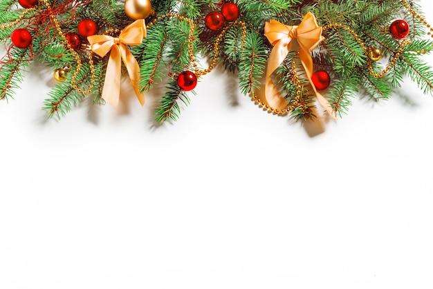 Kerstmisdecoratie op witte achtergrond