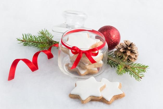 Kerstmisdecoratie - sluit omhoog van een hoogtepunt van de glaskruik met koekjes van de kerstmis de eigengemaakte ster.