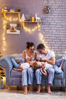 Kerstmisfamilie met twee kinderen in mooie woonkamer