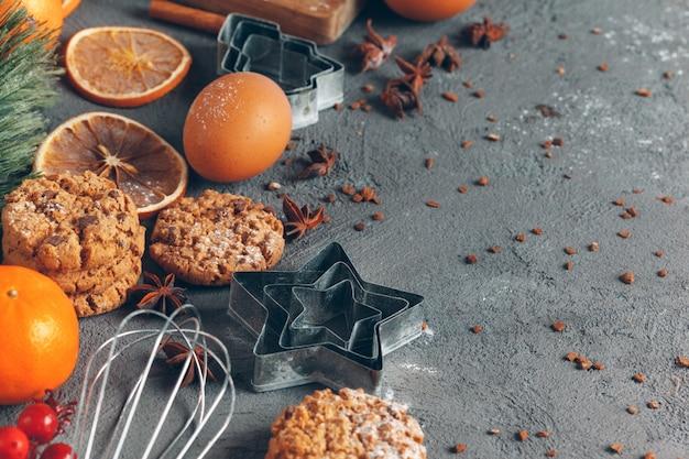 Kerstmisgebakje het koken, kerstmis die feestelijk concept koken