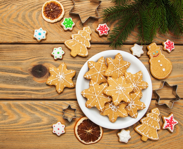 Kerstmisgember en honings kleurrijke koekjes
