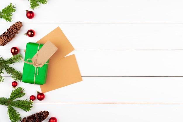 Kerstmisgift met nette takken op houten achtergrond
