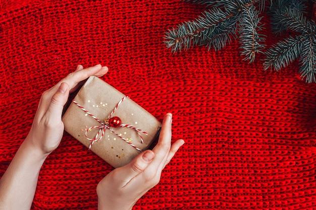 Kerstmisgift op rode achtergrond