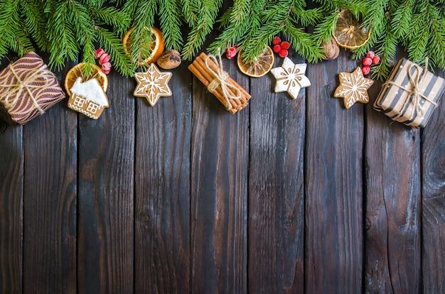 Kerstmisgiften op een witte houten achtergrond met boomtakken. nieuwjaarsgeschenken